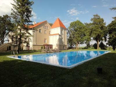 Wykończenie wykładziną basenową